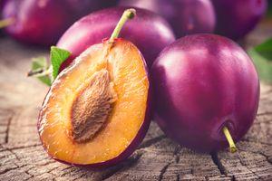 Фото бесплатно Берри, сливы спелые и сочные фрукты на деревянный стол, еда