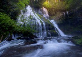 Большой водопад прямо в лесу