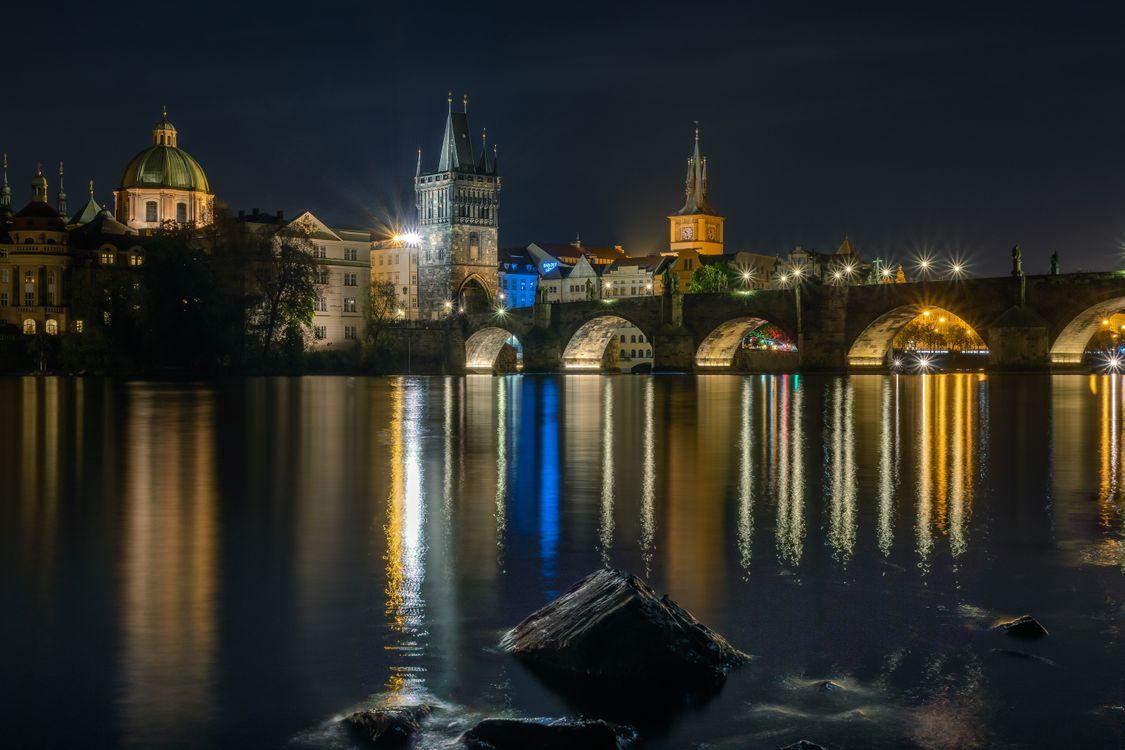 Обои Прага, часовня, мост, освещение, река, фонари, Чехия картинки на телефон