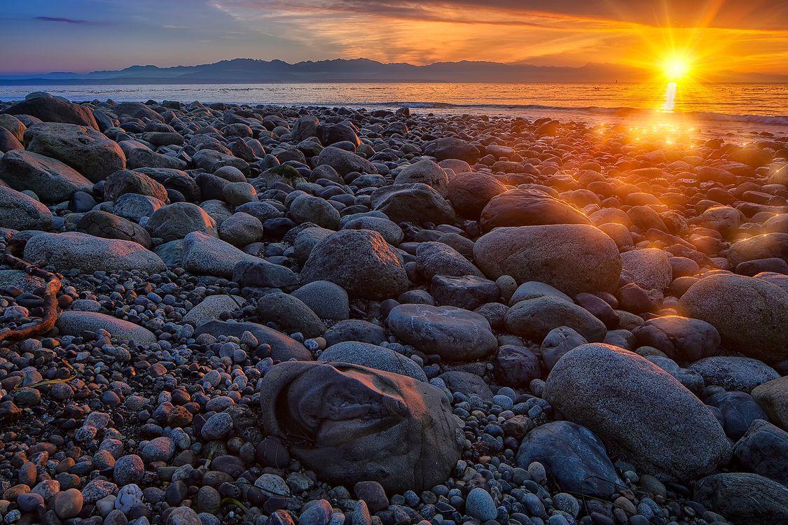 Фото бесплатно Западное побережье острова Уидби, великолепный вид на Залив Пьюджет и Олимпийский полуостров, Государственный парк Форт-Эбей, море, берег, закат, камни, пляж, пейзаж, солнечные лучи, пейзажи