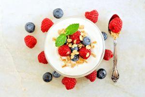 Бесплатные фото йогурт,ягоды,завтрак,клубника,черника,ложка,блюдце