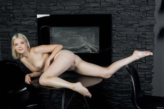 Бесплатные фото Кали,Санда,Шанель Фенн,голые,горячие,модель,секси,блондинка,киска,бритая киска,ноги,улыбка