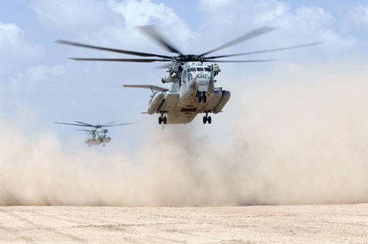 Фото бесплатно пустыня, вертолеты, низко