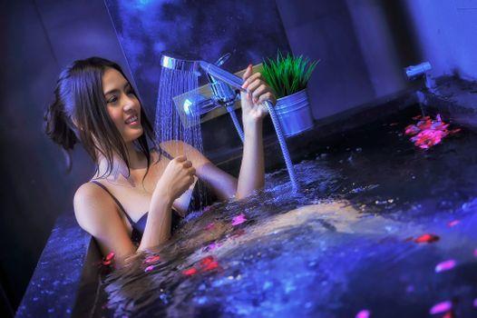 Бесплатные фото Beautiful girl in jacuzzi with rose,бассейн,душ,девушка,девушки,макияж,лицо,косметика,стиль,гламур,красота,модель