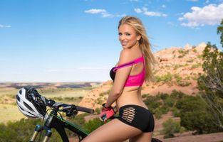 Бесплатные фото blanca,модель,черные шорты,спортивный бюстгальтер,велосипед,голубое небо,перчатки