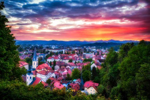Заставки Ljubljana, Slovenia, Любляна, Словения, город, закат, дома, крыши домов, янтарный закат, облака, лето, деревья