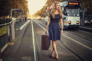 Девушка с чемоданом