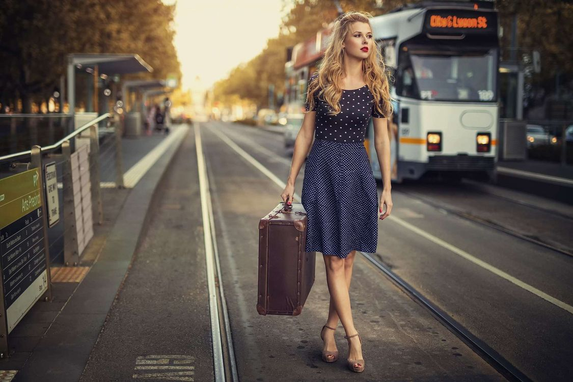 Девушка с чемоданом · бесплатное фото