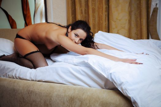 Фото бесплатно арделия а, брюнетка, кровать