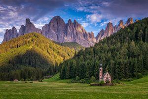Фото бесплатно Dolomites, chiesa di S Giovanni, Италия, Доломиты, Санта Магдалена, горы, поле, деревья, пейзаж