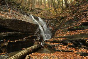Фото бесплатно Маленький водопад в Итака, штат Нью-Йорк, США осень