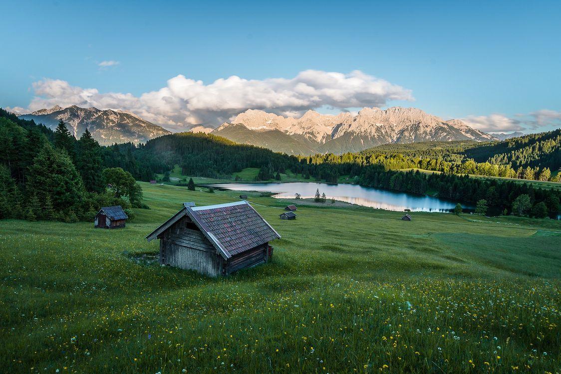 Фото бесплатно Озеро Герольдзее, Германия, Geroldsee, Южный Тироль, Альпы, Гармиш, Партенкирхен, сельская местность, Bavaria, Бавария, горы, озеро, домики, пейзаж, пейзажи