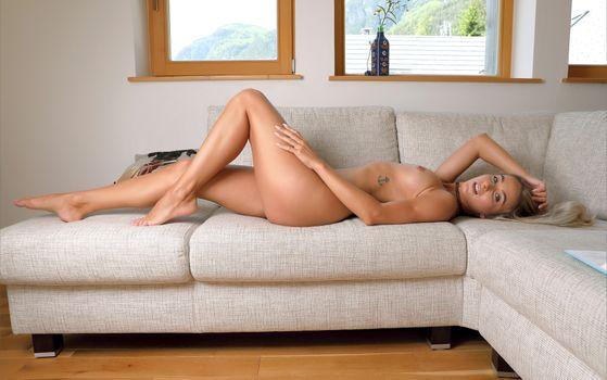 Кара Мелл нагишом лежит у окна