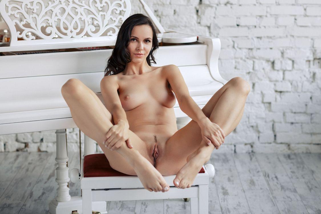 смазку, голые девушка раздевалась голая медленно одна самых