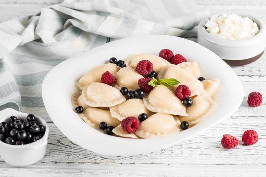 Photo free vareniki, berries, sour cream