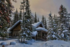Бесплатные фото зима,снег,лес,деревья,домик,горы,Канада