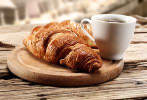 Фото бесплатно напитки, круассан, завтрак