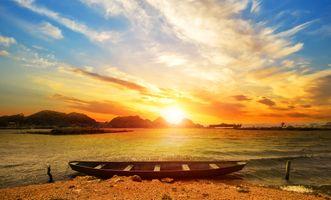 Деревянная лодка и яркое солнце · бесплатное фото