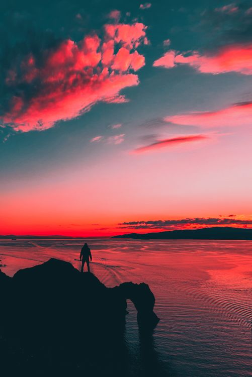 Фото бесплатно закат солнца, цвета, человек, силуэт, небо, горизонт, послесвечение, красное небо утром, море, восход, спокойствие, рассвет, атмосфера, смеркаться, облако, пейзажи