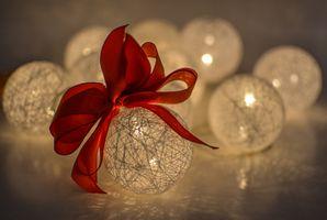 Фото бесплатно рождество, мяч, безделушка, украшение, праздник, орнамент, рождественский бал, новогодние шары, белый, блестящий, декоративный, лук, темно, атмосфера, красный, цветок, флора, натюрморт фотография, лепесток, крупным планом, макросъемка, обои для рабочего стола компьютера