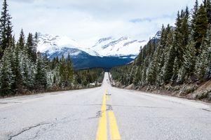 Заставки лес,гора,снег,зима,дорога,горный хребет,асфальт