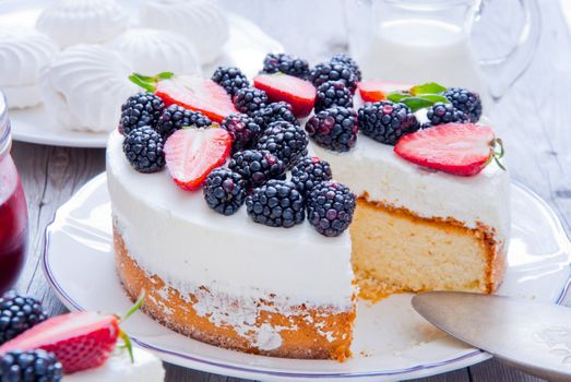 Cake with blackberries and strawberries · free photo