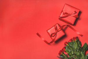 Бесплатные фото подарки,лента,праздник,конвертик,упаковка,букет цветов