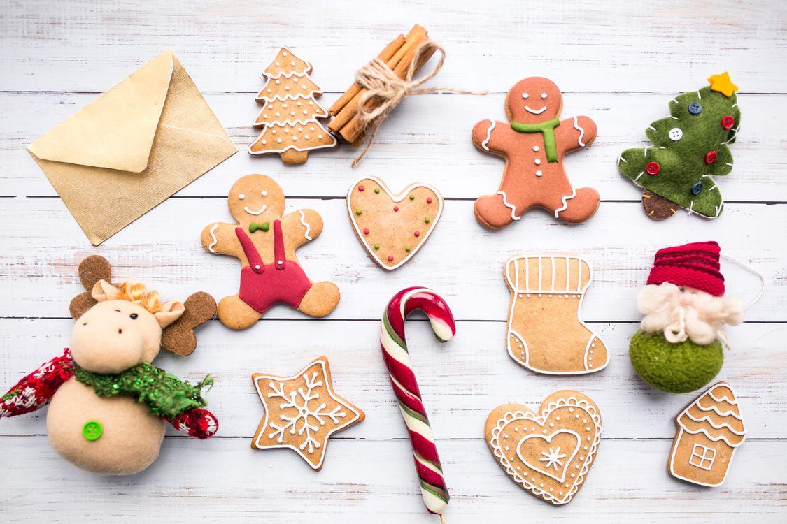 Фото бесплатно печенье, пряники, конфеты, новый год, выпечка, фигурки, новый год - скачать на рабочий стол
