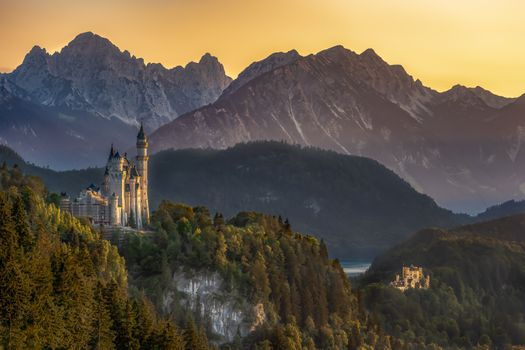 Лебединый замок в горах · бесплатное фото