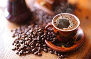 Кофе с пенкой и кофейные зёрна · бесплатное фото