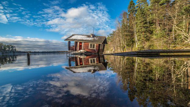 Photo free the lake, an abandoned house, ruins