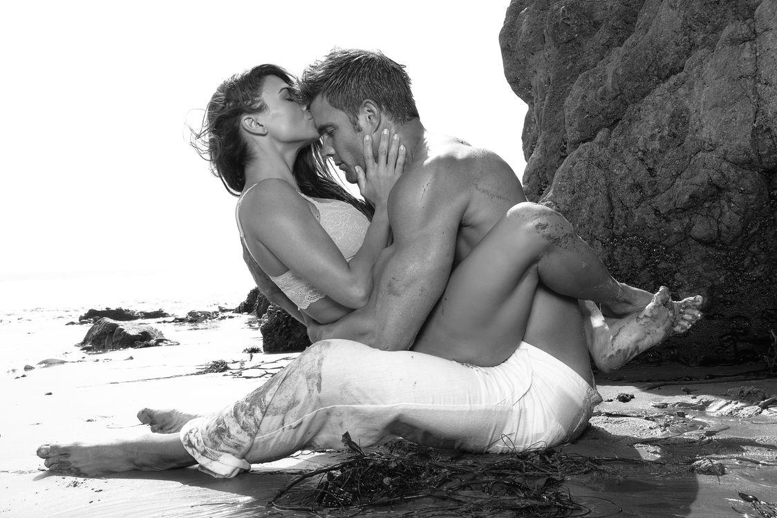 Фото бесплатно пляж, чёрно-белое, любовь, мужчина, женщина, поцелуй, настроения