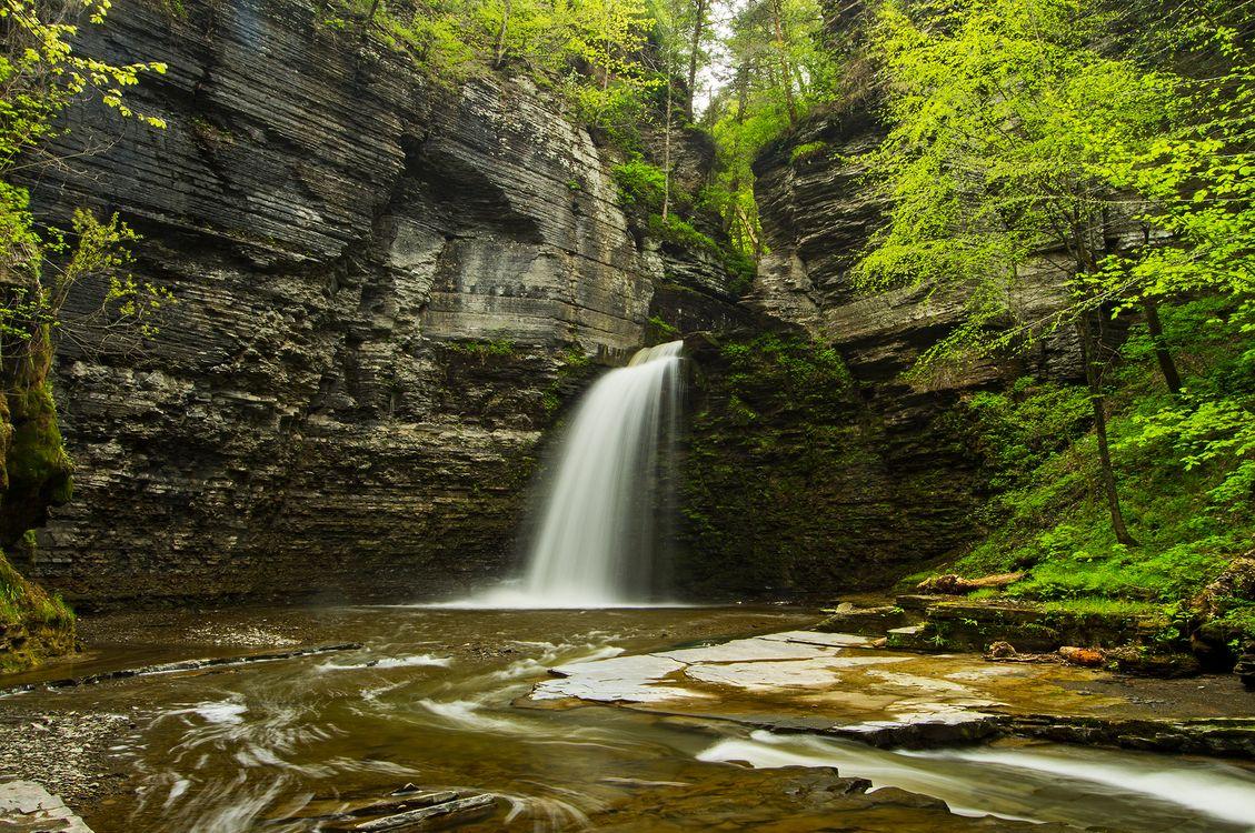 Скала и водопад · бесплатная заставка