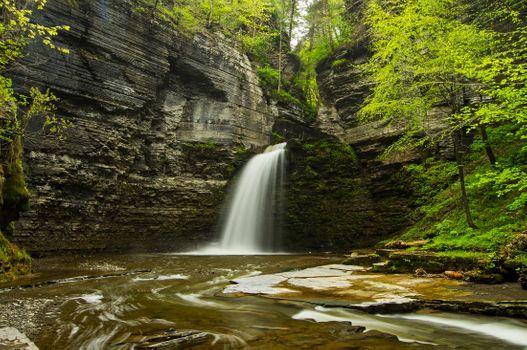 Скала и водопад