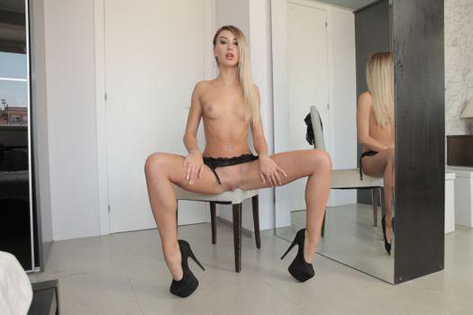 Фото бесплатно Katrin Tequila, на стуле, табуретка