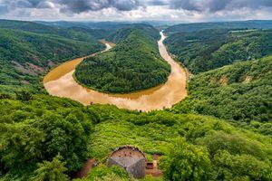 Цветущая река Саар в Германии