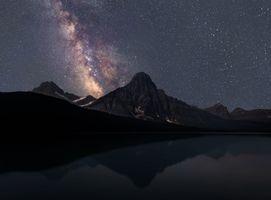 Млечный путь над силуэтами гор · бесплатное фото
