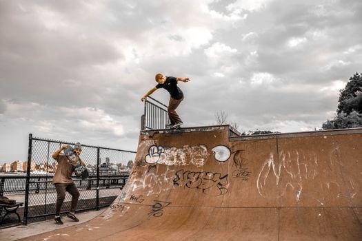Фото бесплатно скейт-парк, скейтборд, облака