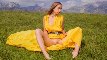 Бесплатные фото milena,landscape,pussy,labia,yellow dress,dress,brunette