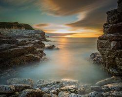 Морские скалы и облака · бесплатное фото