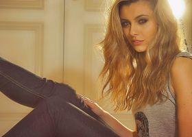 Kendall дома в джинсах
