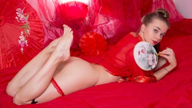 Вероника в красном снимает трусики