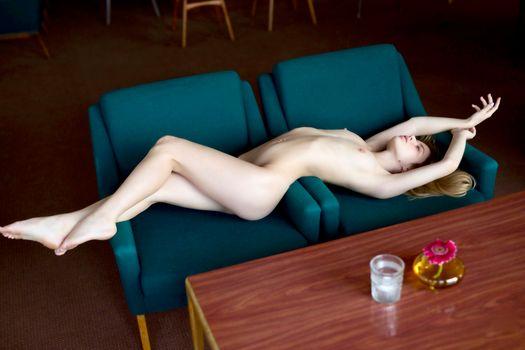Бесплатные фото Александра Смелова,модель,красивая,блондинка,длинные волосы,сиськи,диван,мягкий фокус,ню