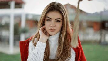Бесплатные фото женщины,лицо,портрет,побережье,глубина резкости,оранжевая куртка,белый свитер