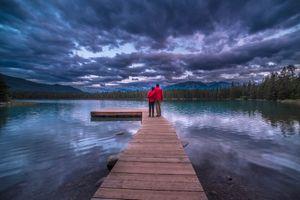 Бесплатные фото Jasper National Park,Lake Anette,озеро,сумерки,мостик,причал,влюблённые