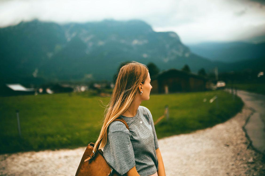 Обои блондинка, крупным планом, сельская местность, глубина резкости, серьга, женский пол, поле, фокус, свобода, девушка, трава, травяное поле, дом, идиллический, леди на телефон | картинки девушки