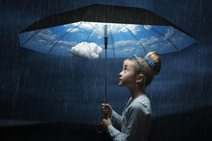Фото бесплатно девочка, зонт, небо, облака, дождик, ситуация