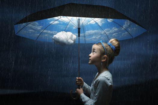 Фото бесплатно девочка, зонт, небо