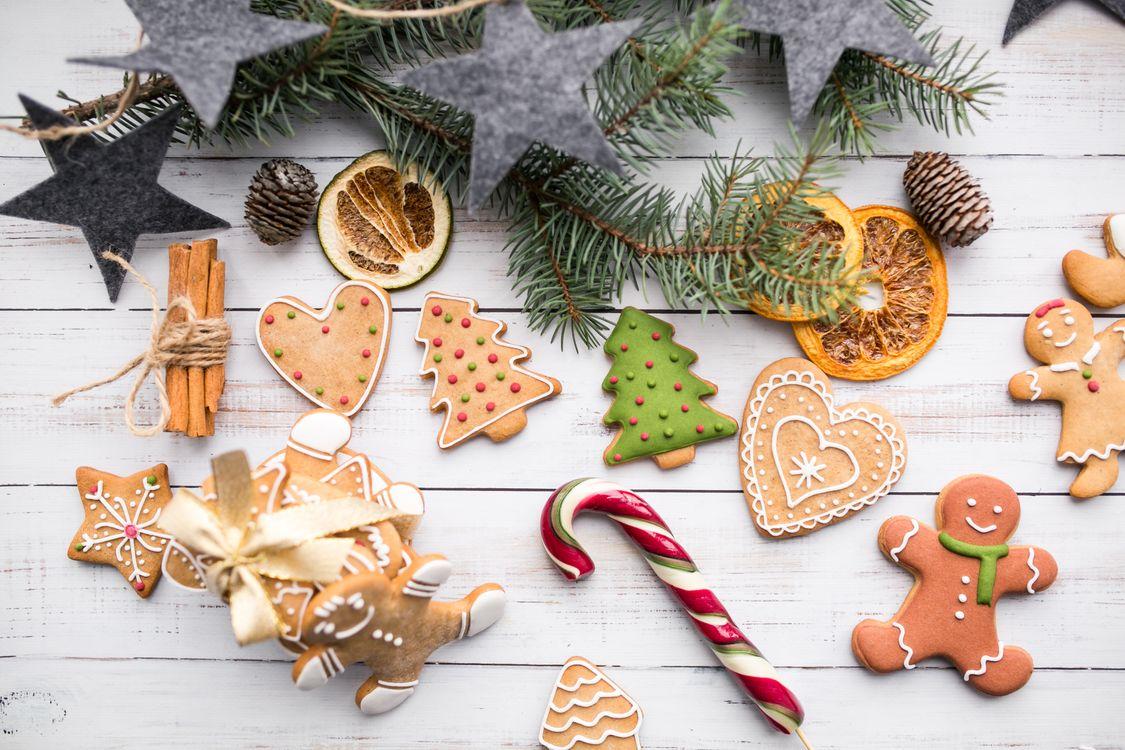 Фото бесплатно конфеты, пряники, декор, шишки, еловая ветвь, новый год