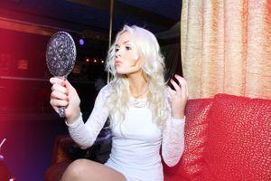 Блондинка любуется в зеркало · бесплатное фото